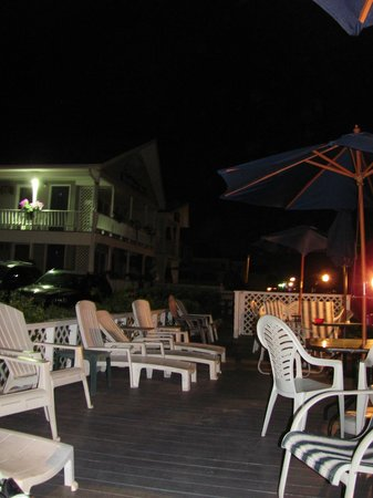Sandpiper Beachfront Motel : evening on the patio