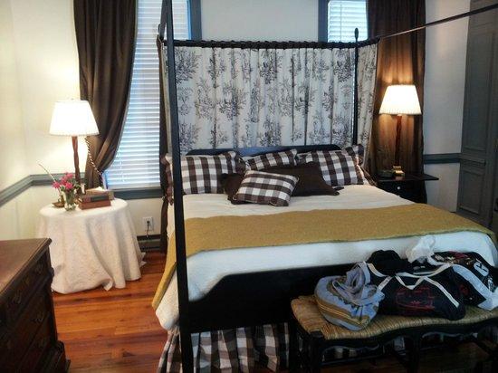 The Vintager Inn Bed & Breakfast: Videl Suite (pardon the bags)