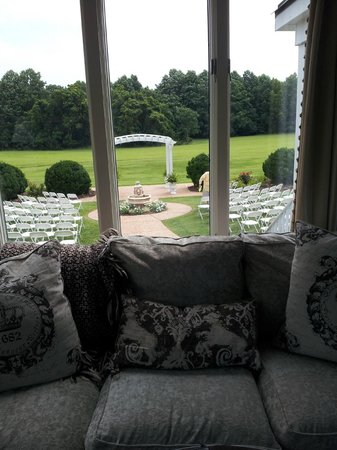 The Vintager Inn Bed & Breakfast: Patio out back w/ comfy sofa. (The chairs are set up for a wedding)