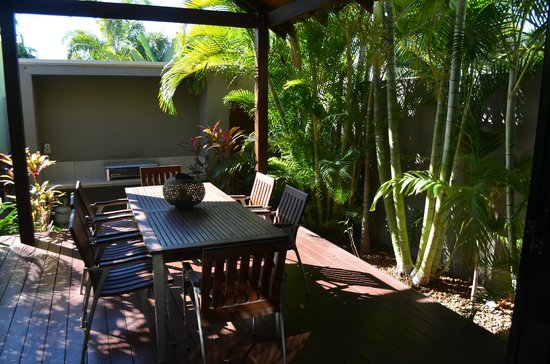 The Pearle of Cable Beach: Private outdoor living area with BBQ