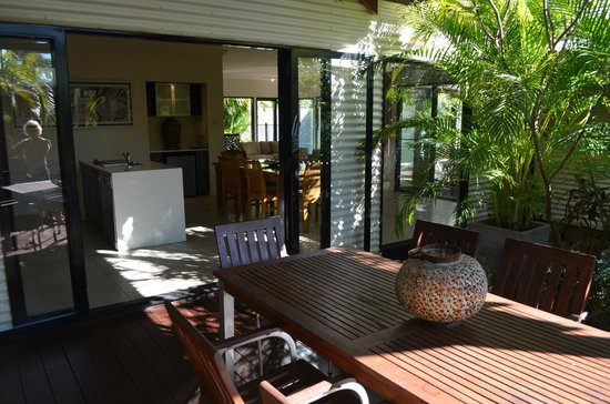 The Pearle of Cable Beach: Living area view from private garden