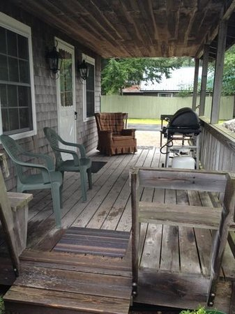 The Beeches Lodge: front porch of cottage