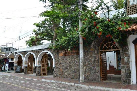 Hotel Silberstein: Fachada del hotel. Las 3 puertas de la izquierda son el acceso al restaurante