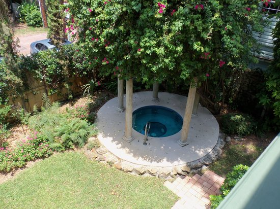 Larelle House Bed & Breakfast: Hot Tub and Rear Garden