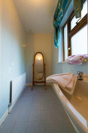 Aisleigh Guest House: Ensuite Bathroom