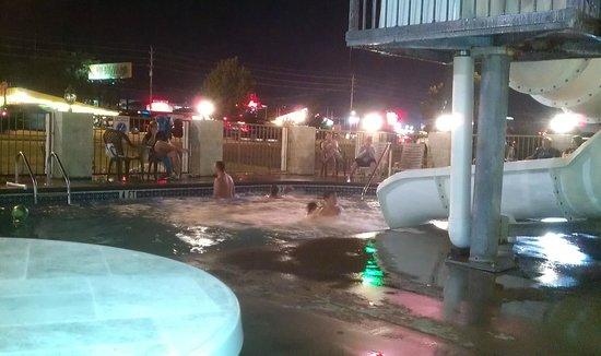 Econo Lodge: Playing in the pool on Saturday night.