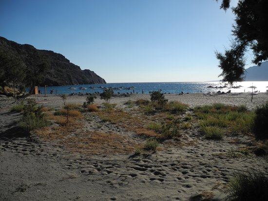 Plakias Suites: beach with beach equipment