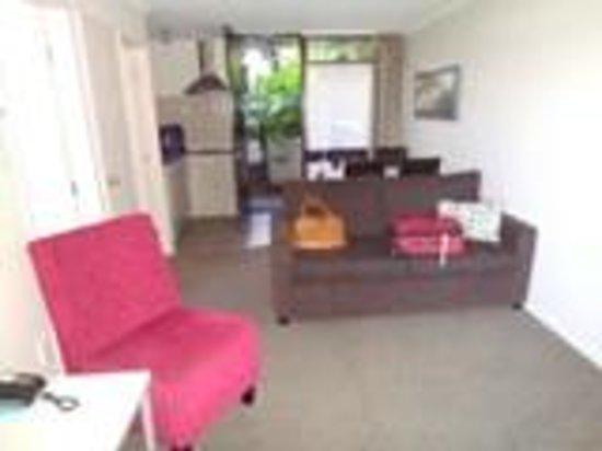 Breakwater Motel: Lounge looking towards Kitchen