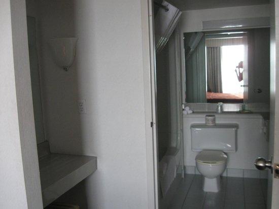 Quality Suites Toronto Airport: Accès à la salle de bain de la chambre des maîtres