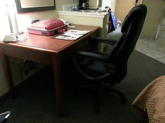Comfort Suites NW Lakeline: Desk with chair that stuck out too far.