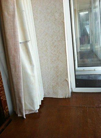 Connemara Coast Hotel : Curtain and wall paper damage