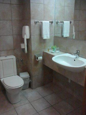 Neve Ilan Hotel: Bathroom & Toilet