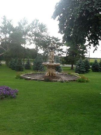 Elm Hurst Inn & Spa: plenty of fountains on property, great wedding site!