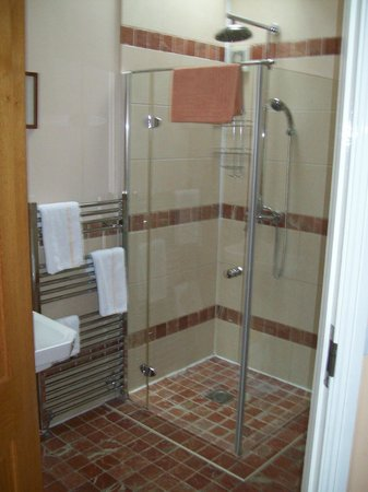 Decoy Country Cottages: shower room