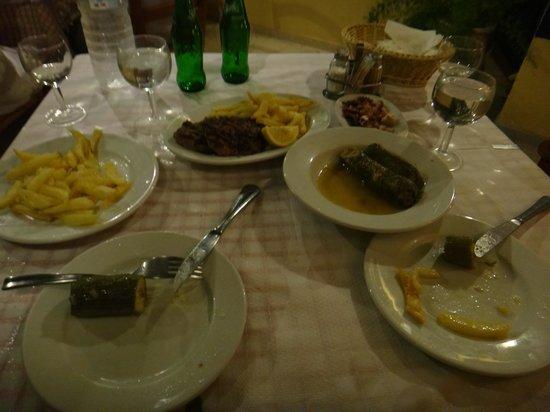 Taverna Gitoniko: Our food (table full of water)