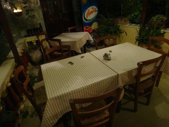 Taverna Gitoniko: Tables