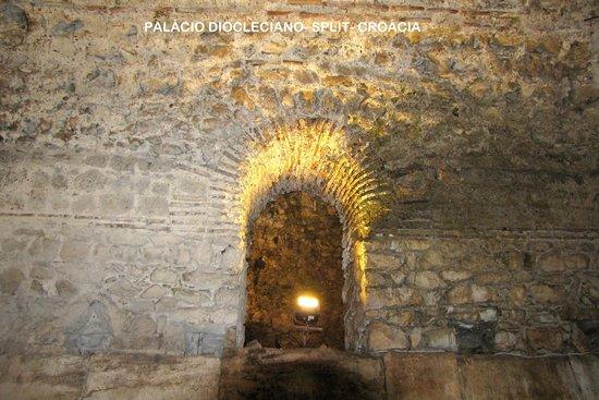 Diokletianpalast: Palácio Diocleciano:arco perfeito do séc. III, feito de pedra sobre pedra