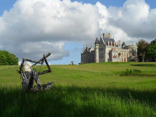 Chateau d'Abbadie: Gigante de madeira observa o Château Observatoire Abbadia