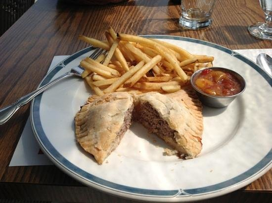 Hotel Cap-aux-Pierres : Pate Crouche w/ fries and special island 'ketchup'