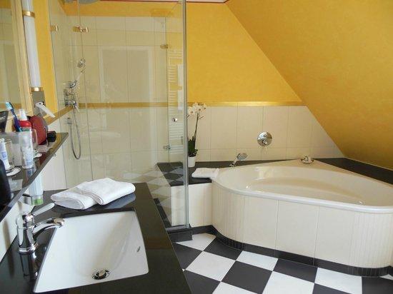 Romantik Hotel Der Adelshof: Bad im Margarete Steiff Zimmer
