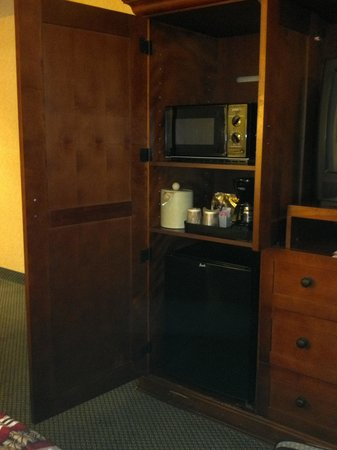 Red Lion Hotel Vancouver at the Quay: Fridge, Micro, coffee and CRT tv