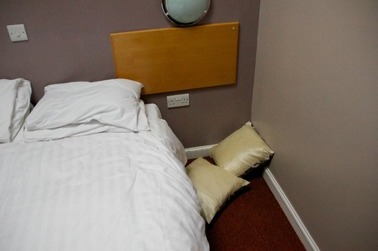 Kintore Arms Hotel: My room after 'housekeeping'