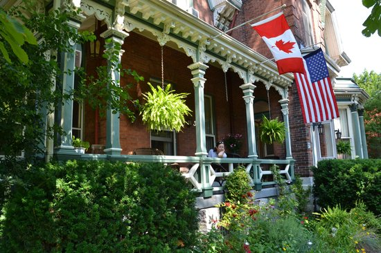 Hochelaga Inn: inviting front porch