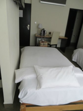 Allpa Hotel & Suites: Triple room (extra bed)
