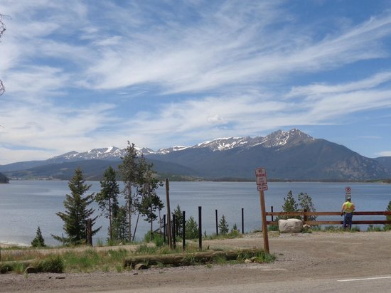 Best Western Ptarmigan Lodge: Lake Dillon from the parking lot by the office, facing straight.