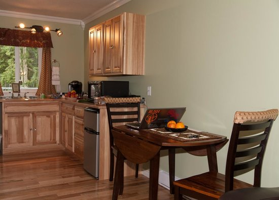 Parkside Inn: Dining table & view of kitchen
