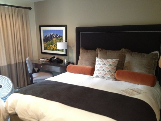 Knob Hill Inn : King room