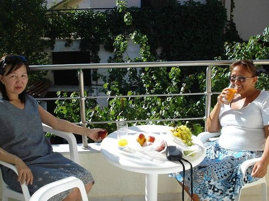 Kassandra, اليونان: Наш балкончик. Вид на ресторан Капитанос