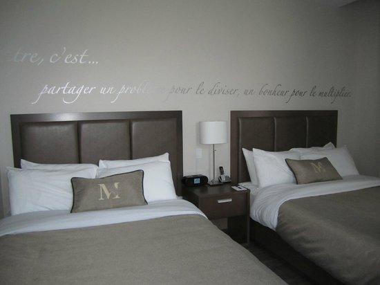 Lustre de l 39 entr e photo de hotel montfort nicolet for Chambre public affairs