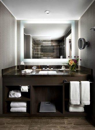 Fairmont Waterfront: Fairmont Gold Bathroom