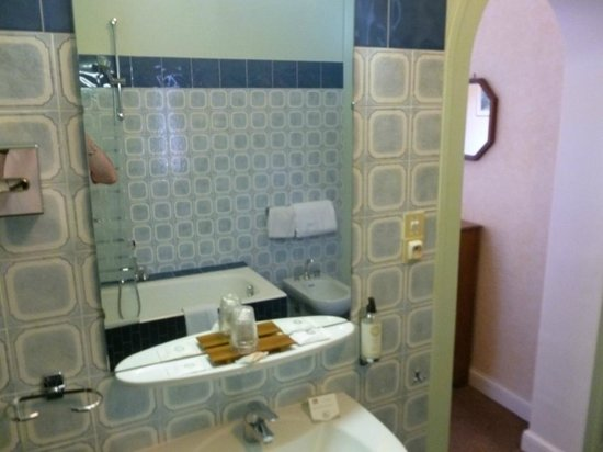 Le Creusot, França: La salle de bain...sans porte ! (à droite, ce que l'on voit, c'est la chambre !)