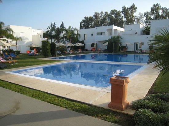 CalaMijas Hotel: Piscina y habitaciones alrededor
