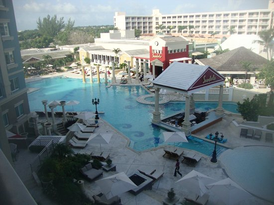 Sandals Royal Bahamian Spa Resort & Offshore Island: Quiet pool and swim-up bar