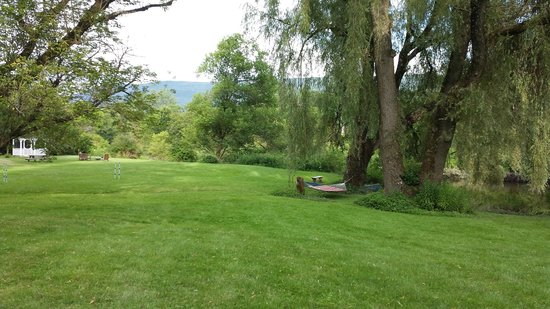 The Ira Allen House Bed and Breakfast: Lawn by the river