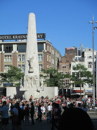 Swissotel Amsterdam: Busy Dam Square, Great location just outside the hotel