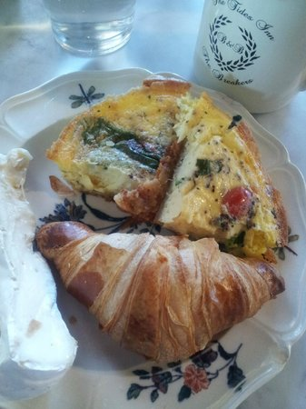 Tides Inn Bed & Breakfast: Delicious homemade quiche and pastries