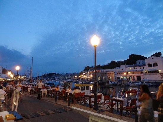 Restaurant Des Port: Des tables ont été ajoutées au bord de l'eau