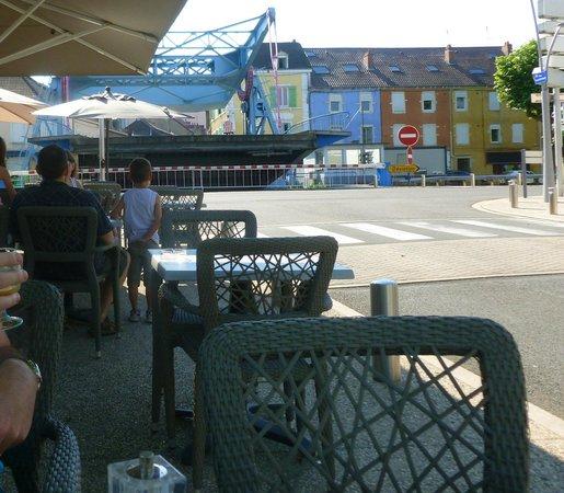 Hotel Nota Bene : Le petit déjuener à l'extérieur, vue sur le pont-levant...c'est top !