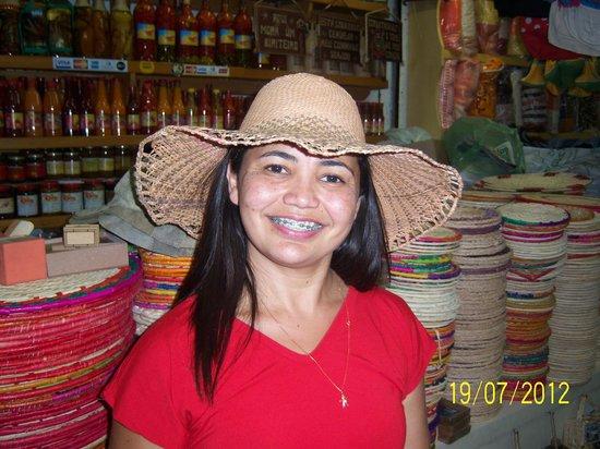 Comprando chapéu - Picture of Mercado Central de Fortaleza ... b0aa0b5c84b