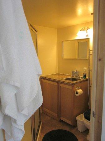 Rimrock Lake Resort: Bathroom with towels and toiletries