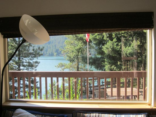Rimrock Lake Resort: View of the lake from the bed