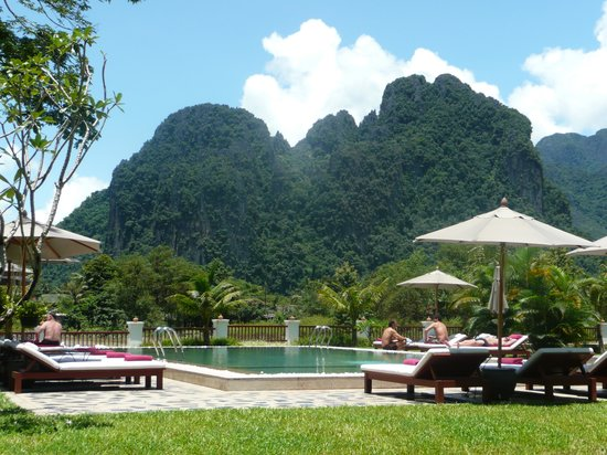 Riverside Boutique Resort: Pool and view