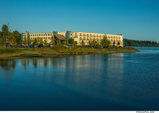 Best Western Plus Silverdale Beach Hotel : View From Across Dyes Inlet
