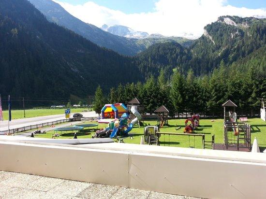 Erstes Kinder- & Gletscherhotel Hintertuxerhof: vista sul giardino dalle camere e anche dal ristorante-parco giochi dell'Hotel Hintertuxerhof