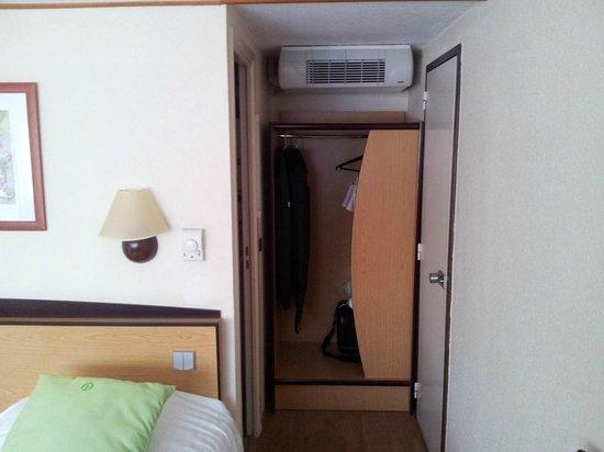 Campanile Roanne : Autre vue de la chambre avec placard et port de la salle de bain