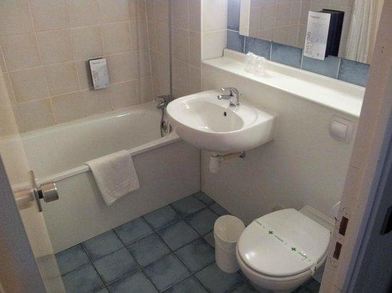 Campanile Roanne: La salle de bain avec...bain (c'est en partie ce qui justifie la 3e étoile)